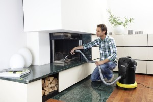 Mann reinigt Kamin